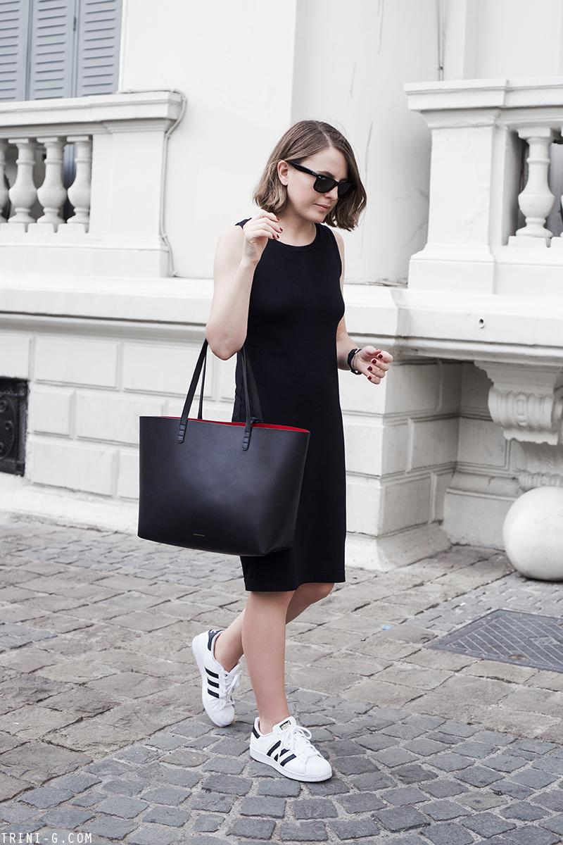 Paduan gaun hitam dengan Adidas Superstar