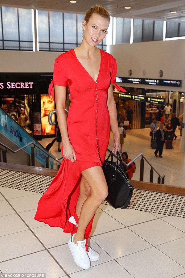 Karlie Kloss pakai Adidas Stan Smith